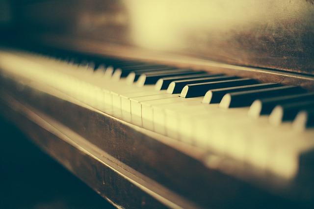 VOYONS QUELQUES CONSEILS PRATIQUES POUR CHOISIR UN PIANO NUMÉRIQUE.